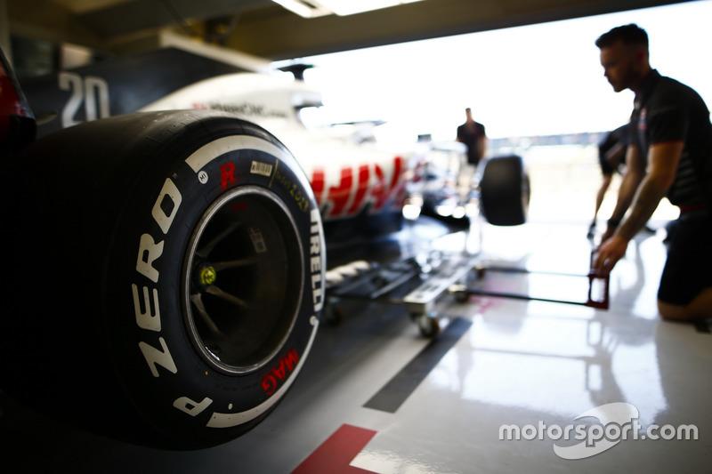 Meccanici Haas al lavoro su una Haas F1 Team VF-18