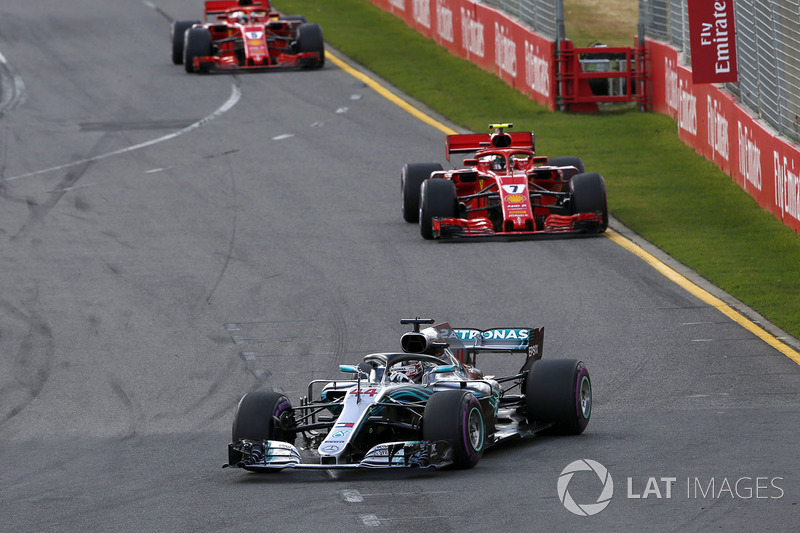 Lewis Hamilton, Mercedes-AMG F1 W09 devant Kimi Raikkonen, Ferrari SF71H