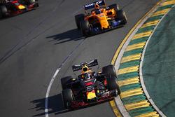 Daniel Ricciardo, Red Bull Racing RB14 Tag Heuer, delante de Fernando Alonso, McLaren MCL33 Renault, y Max Verstappen, Red Bull Racing RB14 Tag Heuer