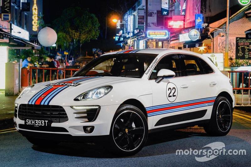 Porsche Macan dengan motif Martini