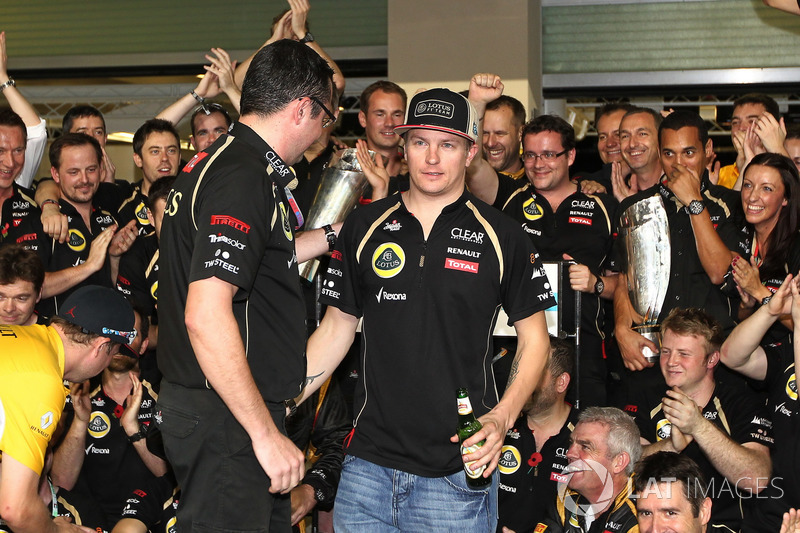 Kimi Raikkonen, Lotus F1 Team celebra con Eric Boullier,  director Lotus F1 Team y el equipo