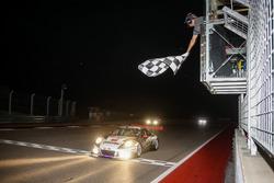 Damalı bayrak: Yarış galibi #911 Herberth Motorsport, Porsche 991 GT3 R: Daniel Allemann, Ralf Bohn, Robert Renauer, Alfred Renauer