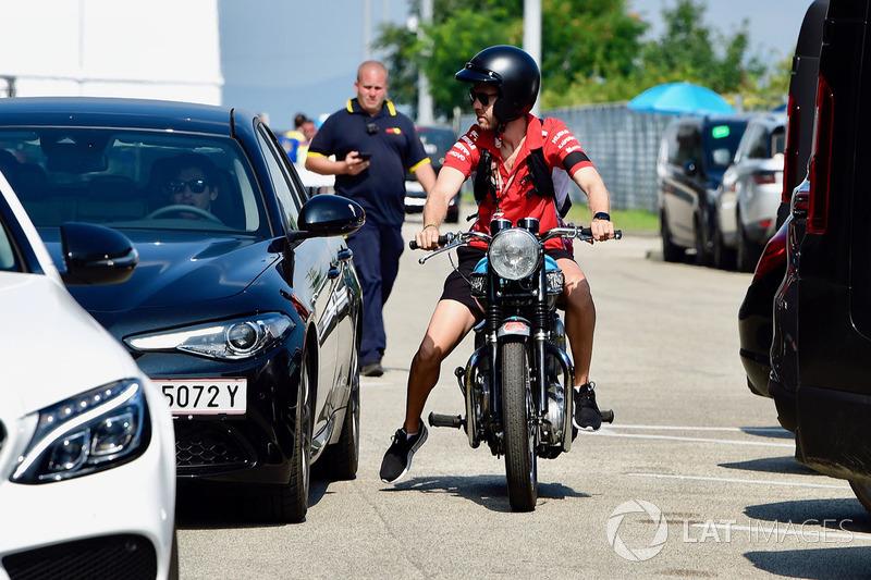 Себастьян Феттель, Ferrari, мотоцикл Triumph