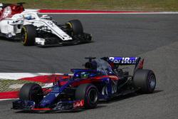 Брендон Хартли, Scuderia Toro Rosso STR13, и Маркус Эрикссон, Alfa Romeo Sauber C37