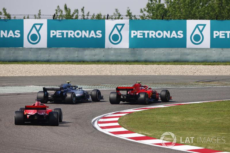 Valtteri Bottas, Mercedes AMG F1 W09, supera Kimi Raikkonen, Ferrari SF71H, per il comando della gara, mentre Sebastian Vettel, Ferrari SF71H, segue