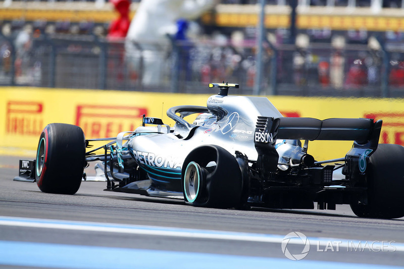 Valtteri Bottas, Mercedes AMG F1 W09, avec une crevaison