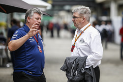 Otmar Szafnauer, Sahara Force India Formula One Team Chief Operating Officer and Ross Brawn, Formula One Managing Director of Motorsports