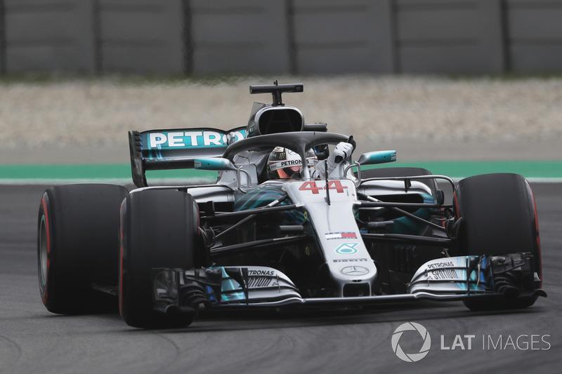Ganador de la pole Lewis Hamilton, Mercedes-AMG F1 W09 saluda a los fans