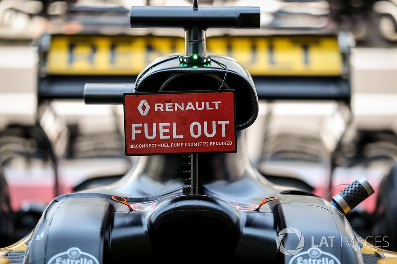 """Carro de Nico Hulkenberg com aviso de """"sem combustível"""""""