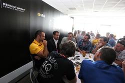 Tommaso Volpe, INFINITI Global Director of Motorsport en Cyril Abiteboul, Renault Sport F1 Managing