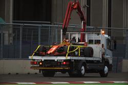 El coche de Fernando Alonso, McLaren MCL32 en una grúa