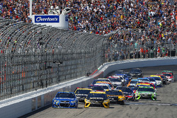 Martin Truex Jr., Furniture Row Racing Toyota, Jimmie Johnson, Hendrick Motorsports Chevrolet green flag start