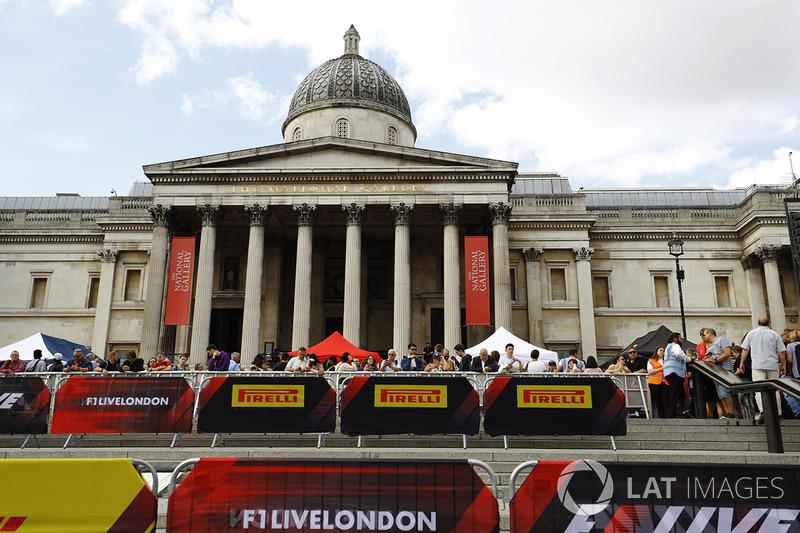 Fans y anuncios afera de National Gallery