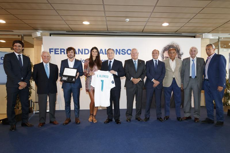 """Фернандо Алонсо, його подруга Лінда Морселлі, Рауль Гонсалес, Флорентіно Перес та дирекція """"Реала"""" (Мадрид)"""