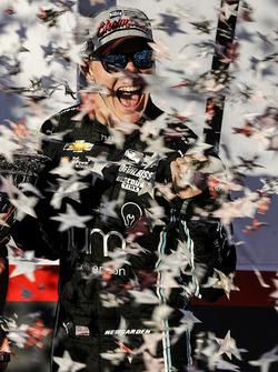 Чемпион IndyCar 2017 года Джозеф Ньюгарден празднует чемпионский титул на последней гонке сезона в Сономе