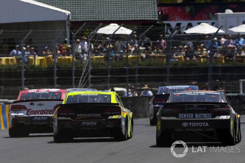 Martin Truex Jr., Furniture Row Racing Toyota, Paul Menard, Richard Childress Racing Chevrolet