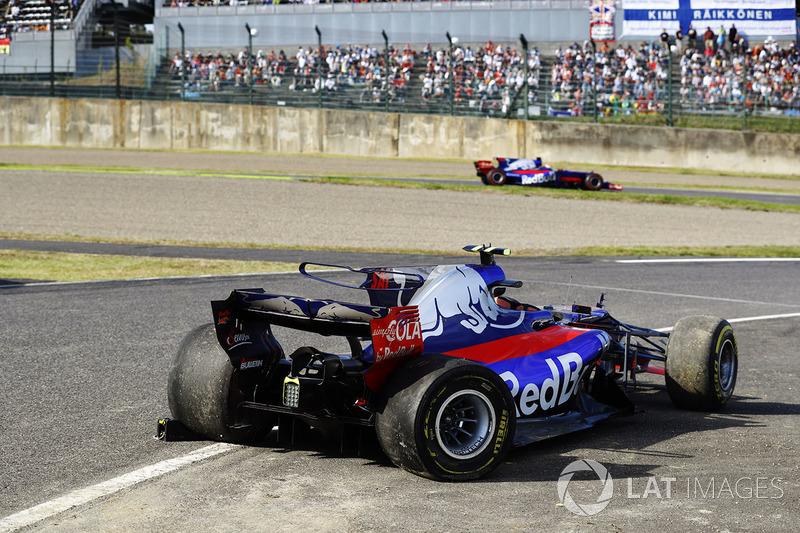 Pierre Gasly, Scuderia Toro Rosso STR12, supera la monoposto incidentata di Carlos Sainz Jr., Scuderia Toro Rosso STR12