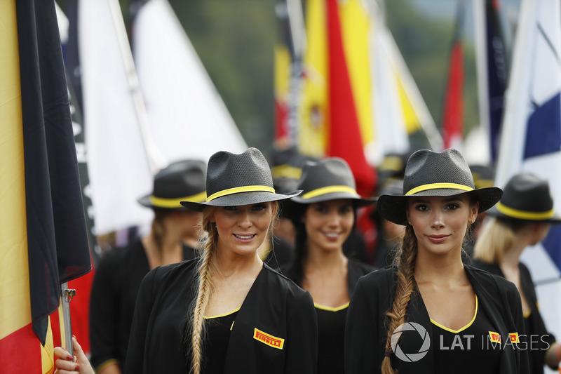 Glamour chicas promocionales de Pirelli llevan banderas