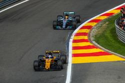 Jolyon Palmer, Renault Sport F1 Team RS17 und Lewis Hamilton, Mercedes-Benz F1 W08