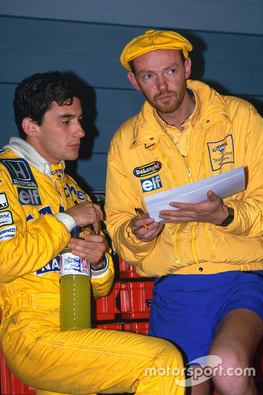 Ayrton Senna, Team Lotus, praat met race engineer Steve Hallam