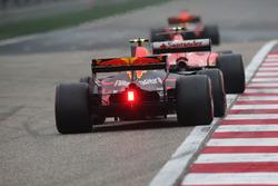 Kimi Raikkonen, Ferrari SF70H, devant Max Verstappen, Red Bull Racing RB13