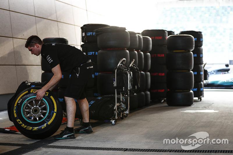 Teammitglied von Mercedes AMG F1 mit Pirelli-Reifen