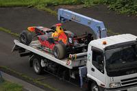 トラックで運ばれる、クラッシュしたガスリーのマシン