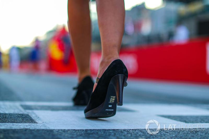 Туфля на ноге девушки