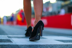 Shoe of grid girl