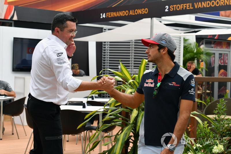 Eric Boullier, McLaren-Rennleiter und Carlos Sainz Jr., Scuderia Toro Rosso
