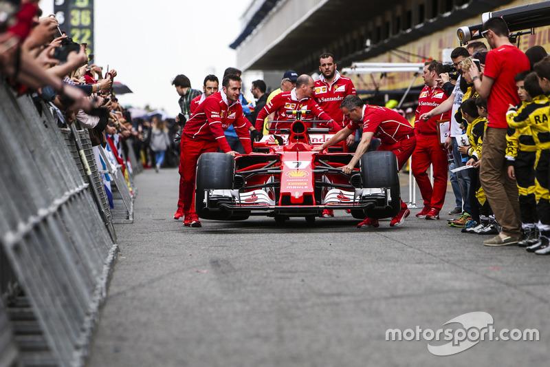 Механики Ferrari толкают SF70H по пит-лейну