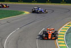 Stoffel Vandoorne, McLaren MCL32, Antonio Giovinazzi, Sauber C36