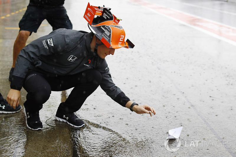 Stoffel Vandoorne, McLaren, meletakkan perahu mini di pitlane