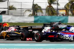 Nico Hulkenberg, Renault Sport F1 Team RS17, Felipe Massa, Williams FW40, Pierre Gasly, Scuderia Toro Rosso STR12, at the start