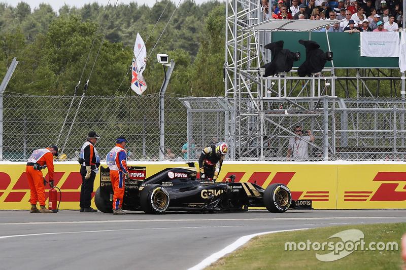 Пастор Мальдонадо, Lotus E23, встає з машини після аварії на старті