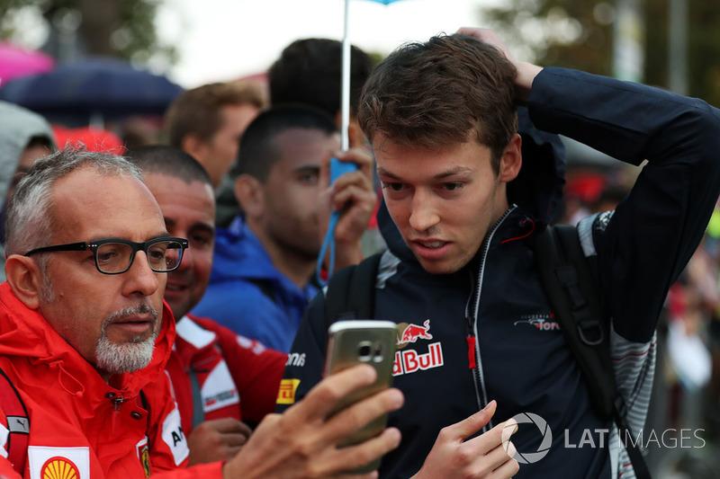 Данііл Квят, Scuderia Toro Rosso, робить селфі з уболівальниками