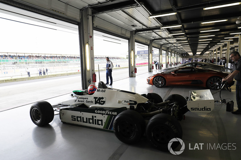 Williams FW08 beroda enam