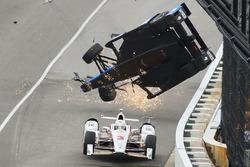 Scott Dixon, Chip Ganassi Racing Honda crash, Helio Castroneves, Team Penske Chevrolet, drives under