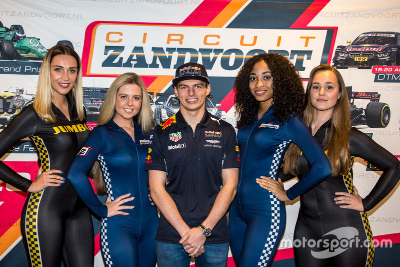 Max Verstappen En Promotiedames Tijdens De Presentatie Van De Jumbo Racedagen Driven By Max Verstappen