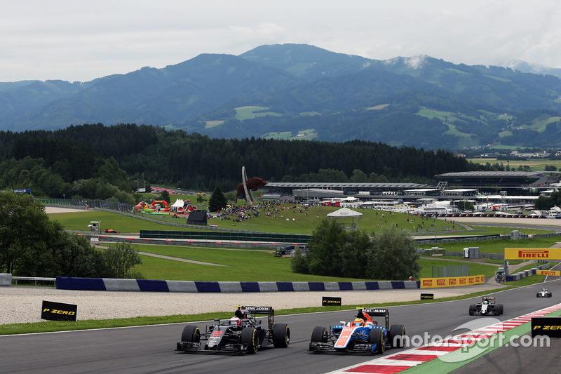 Jenson Button, McLaren MP4-31 e Rio Haryanto, Manor Racing MRT05