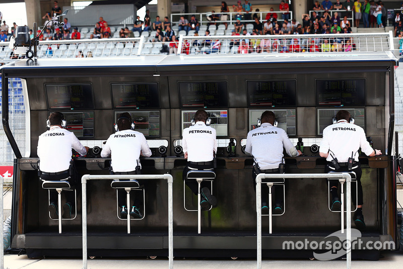 Mercedes AMG F1 pit duvarı