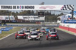 Старт: Норберт Михелиц, Honda Racing Team JAS, Honda Civic WTCC лидирует