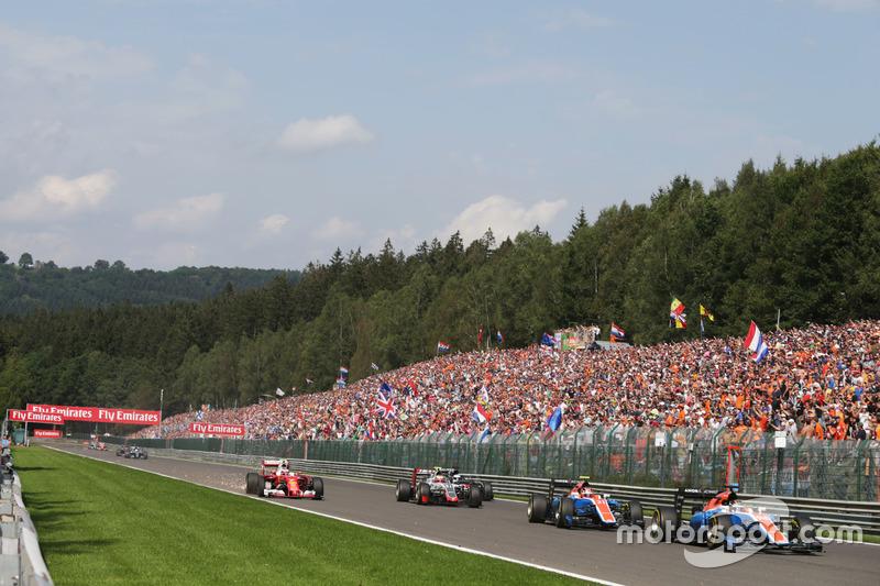 Pascal Wehrlein, Manor Racing MRT05 precede il compagno di squadra Esteban Ocon, Manor Racing MRT05 alla partenza della gara