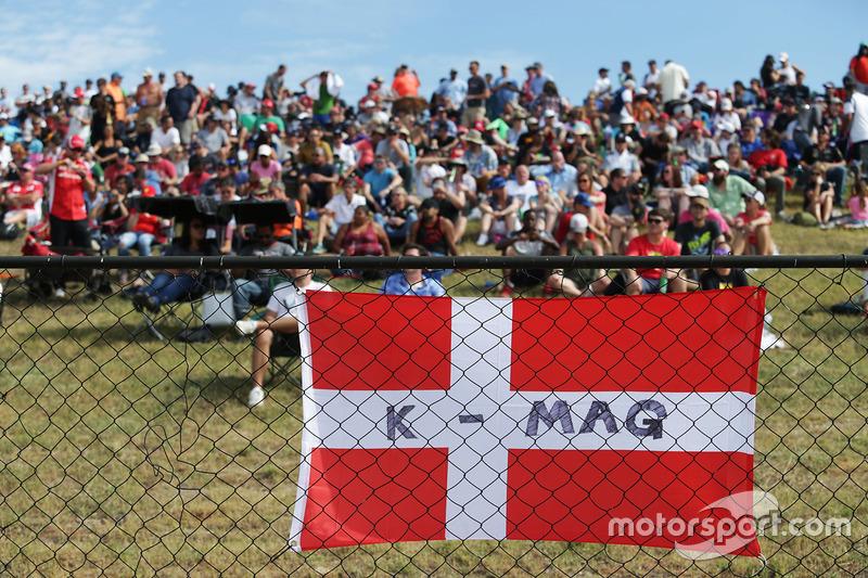 Fans and a flag for K-Mag - Kevin Magnussen, Renault Sport F1 Team