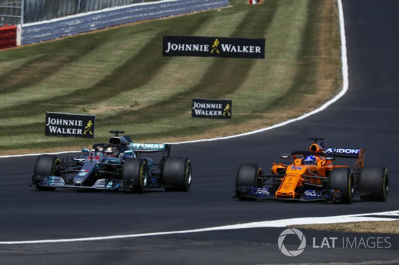 Lewis Hamilton, Mercedes-AMG F1 W09 e Fernando Alonso, McLaren MCL33