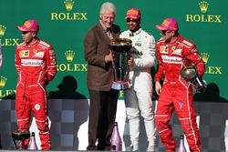 Il vincitore della gara Lewis Hamilton, Mercedes AMG F1 festeggia sul podio con l'ex presidente degli Stati Uniti Bill Clinton, il secondo classificato Sebastian Vettel, Ferrari, James Allison, Direttore Tecnico Mercedes AMG F1,e il terzo classificato Kimi
