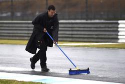 Oficiales limpian la pista