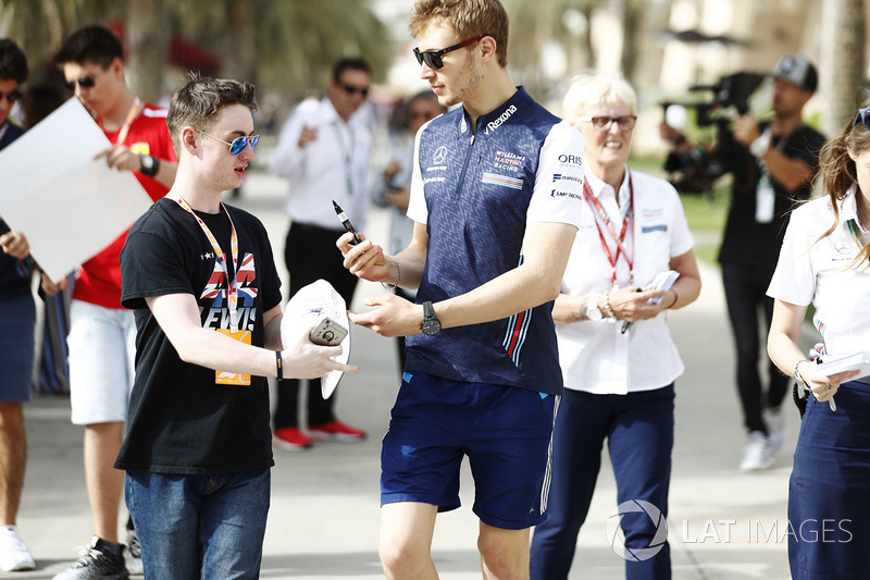 Sergey Sirotkin, Williams Racing, signs an autograph