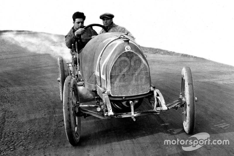 Enzo Ferrari lors d'essais avec le mécanicien Nino Berretta, 15-20 HP CMN