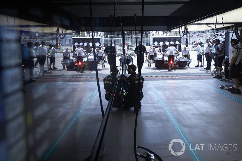 Valtteri Bottas, Mercedes AMG F1 W09 vuelve a boxes